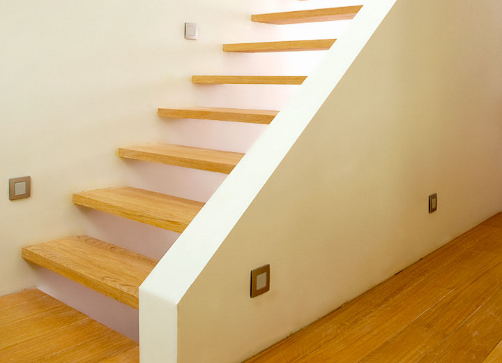 Zwevende trap tussen 2 muren