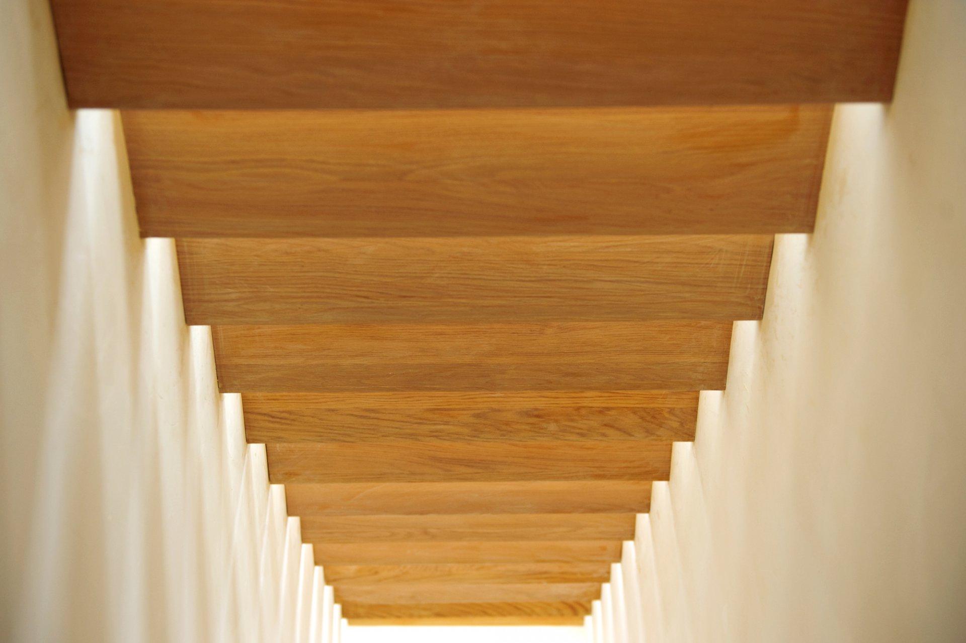 Zwevende trap tussen twee muren decotrap