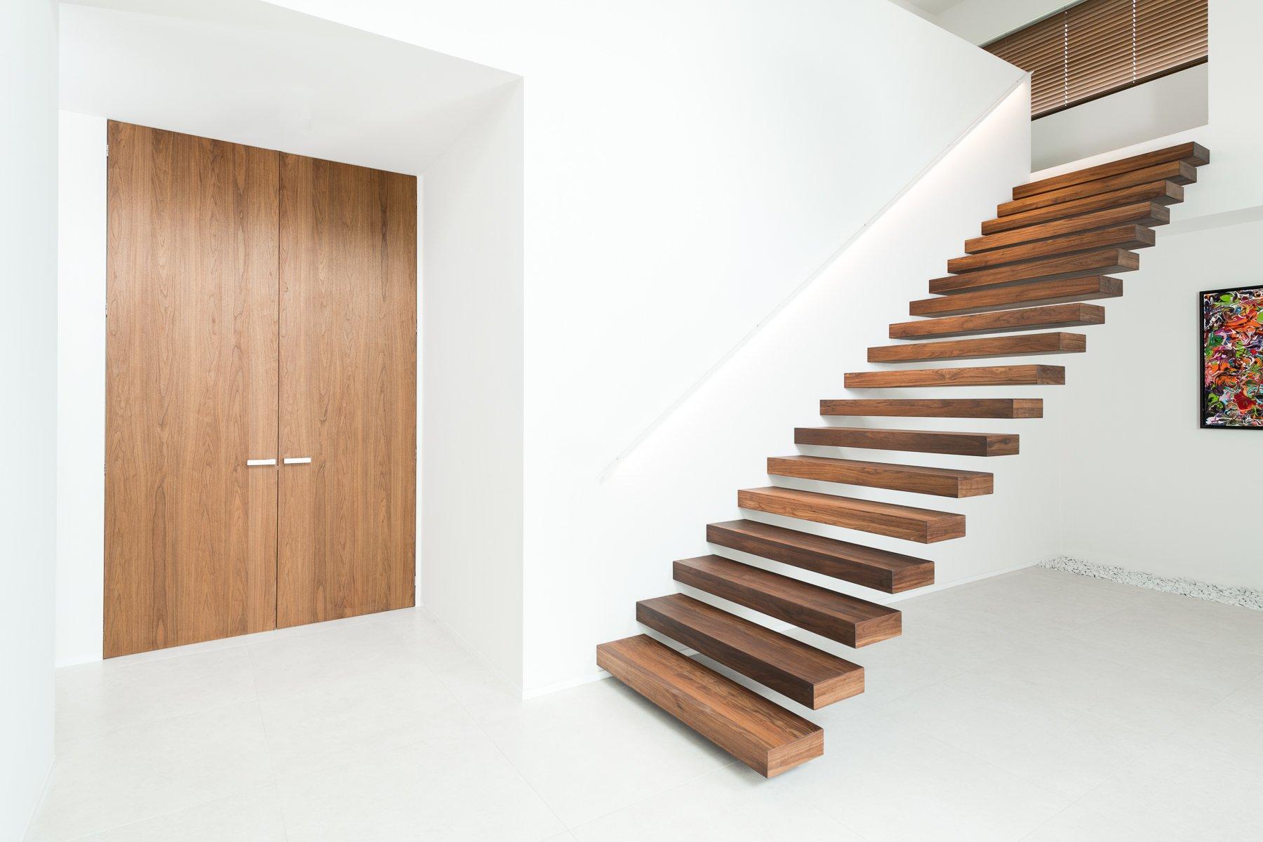 Trappen binnendeuren en parket decotrap