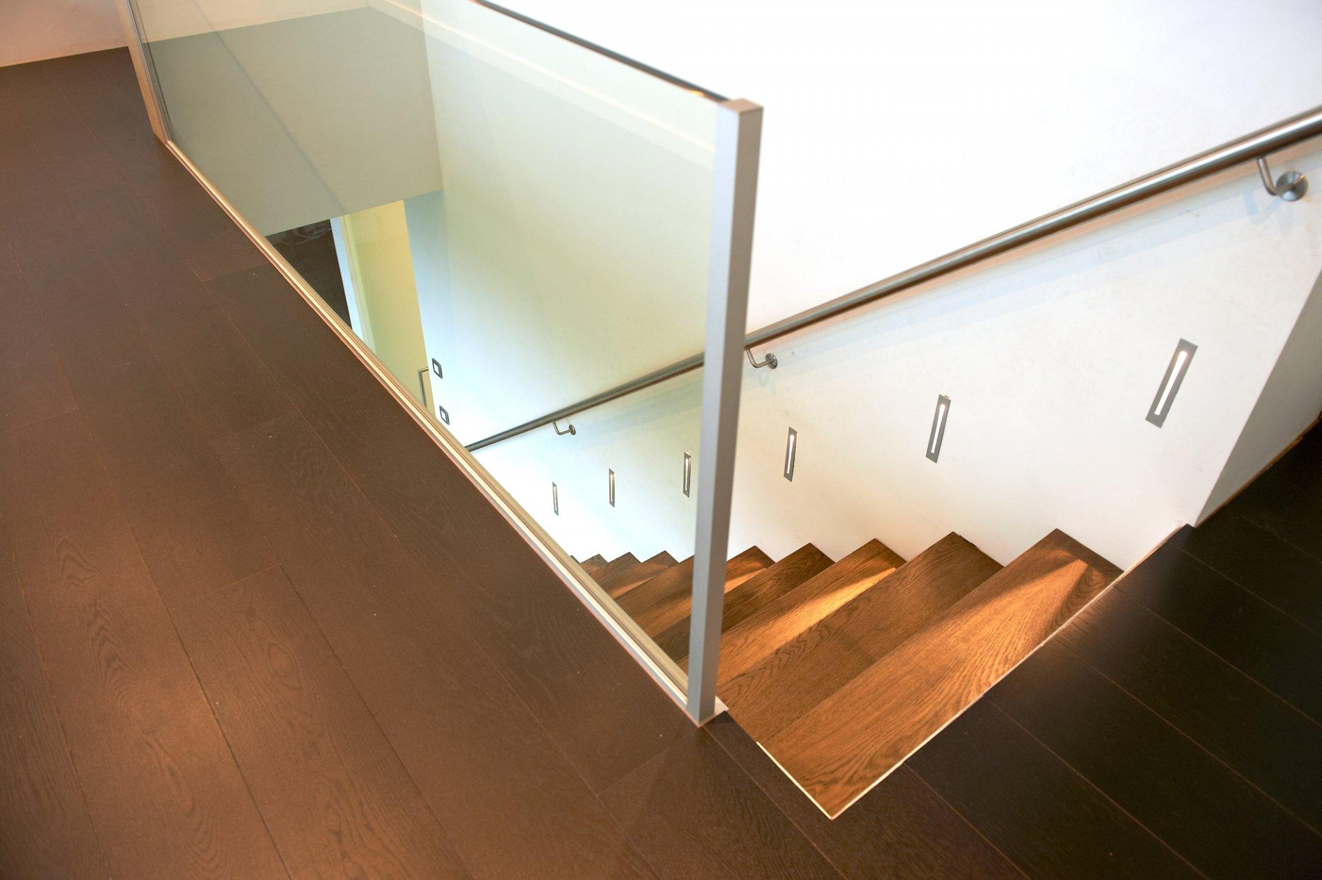 Deco beneden trap: éénvoudige oplossing voor trap naar mezzanine